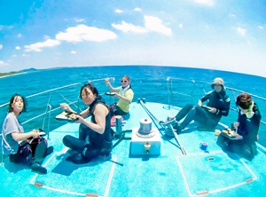 ダイビング船の上でランチタイム